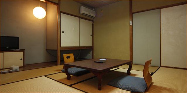 紅葉の間・桔梗の間 8畳 定員4名 少し離れた場所にあるお部屋です。家族で、お仲間で、賑やかにお過ごしいただけます。